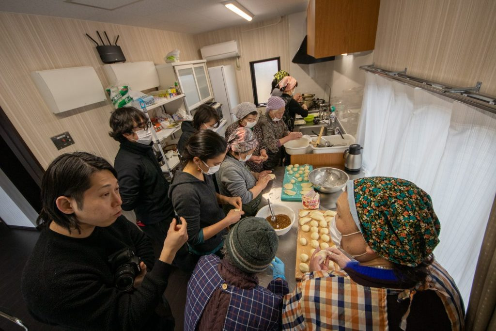 A group of seniors and young people making Kamaishi City's special dumplings.